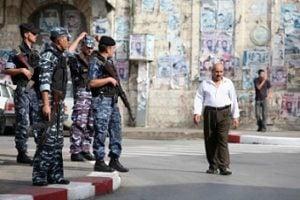 La policía palestina armada ocupan posiciones cerca del antiguo mercado en la ciudad cisjordana de Naplusa en noviembre de 2007. (Foto: Maya Levin / Flash90)