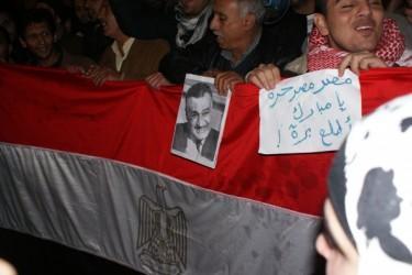 Renuncia Mubarak, militares a cargo en Egipto