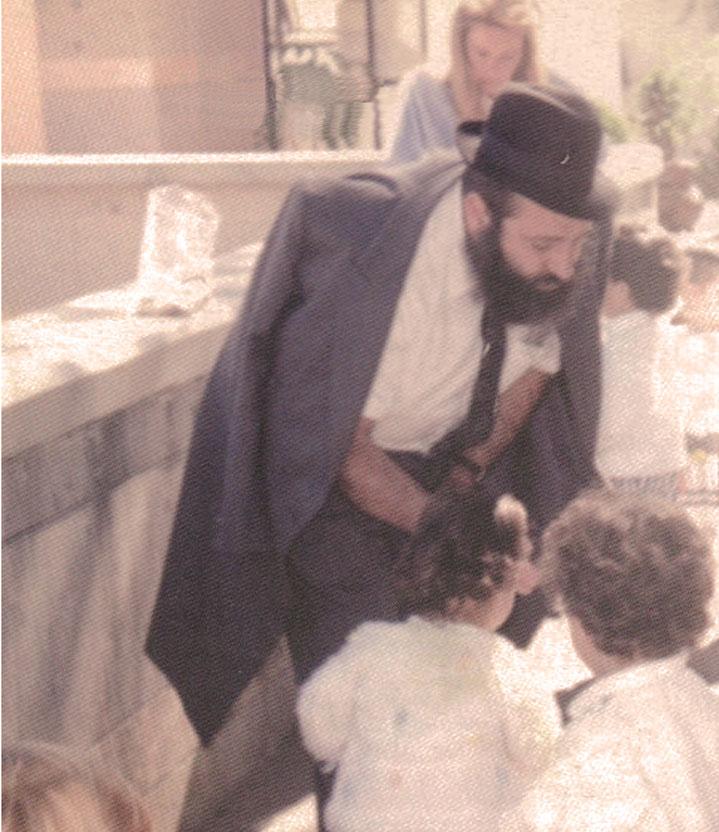 Dos años después de la muerte del Rabino Jaim Sued, desaparece Miriam, su esposa