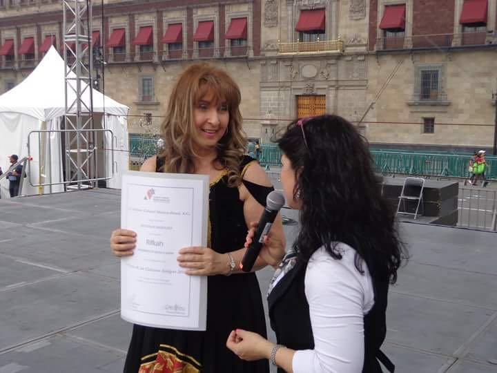 Rifkah canta en el Zócalo, en el marco de la Feria de las Naciones Amigas