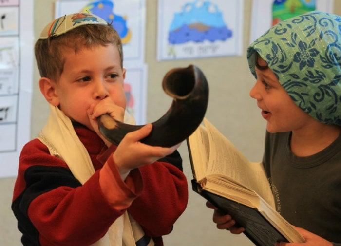 Vídeo / Los niños prueban las tradiciones de las Altas Fiestas Judías