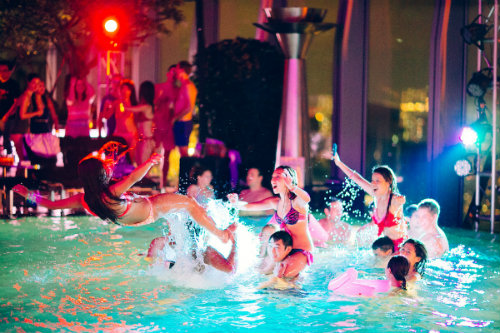 Ir n detiene a 64 j venes medio desnudos en una fiesta for Fiesta de piscina