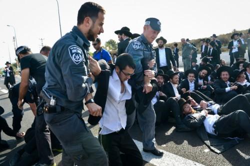 Resurgen enfrentamientos entre jaredíes y la policía en Jerusalén