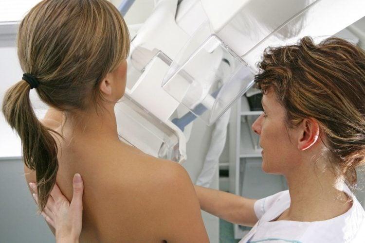 Mujeres con cáncer de mama en etapa inicial podrían evitar la quimioterapia