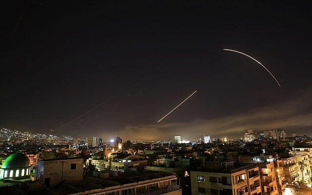 EE.UU., Gran Bretaña y Francia lanzan ataques conjuntos contra el arsenal de armas químicas de Siria