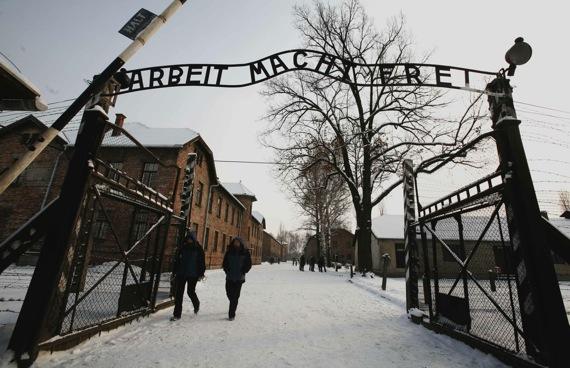 Raperos alemanes criticados por letras antisemitas visitan Auschwitz