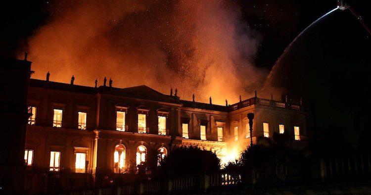 Antiguo rollo de Torá se salva del incendio en museo de Brasil