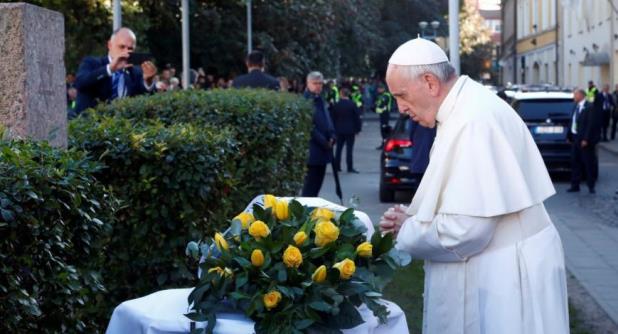 Papa Francisco honra a víctimas del Holocausto en Lituania