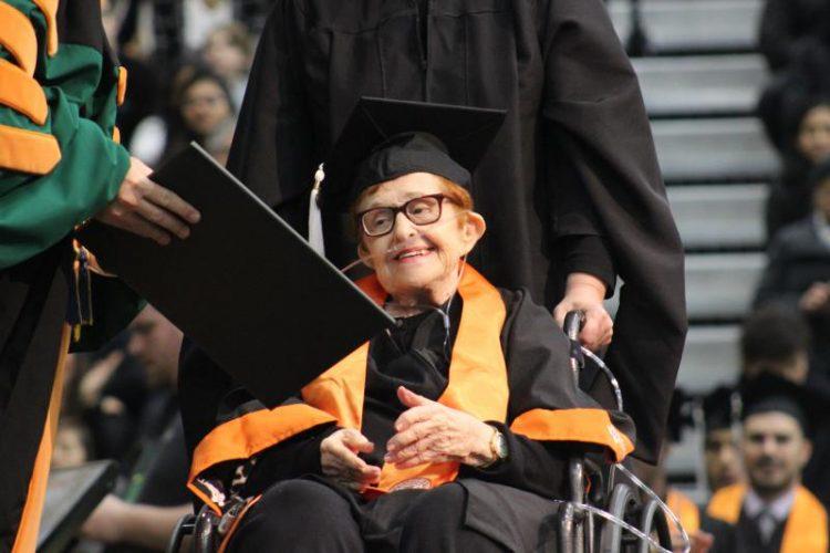 Abuela judía de 84 años obtiene su título universitario