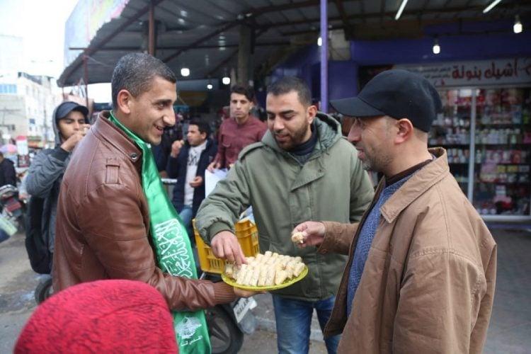 Celebran en Gaza con dulces y pasteles el ataque terrorista de Ariel