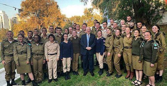 Soldados solitarios de 35 países celebran Pésaj con el presidente Rivlin y el jefe de Estado Mayor
