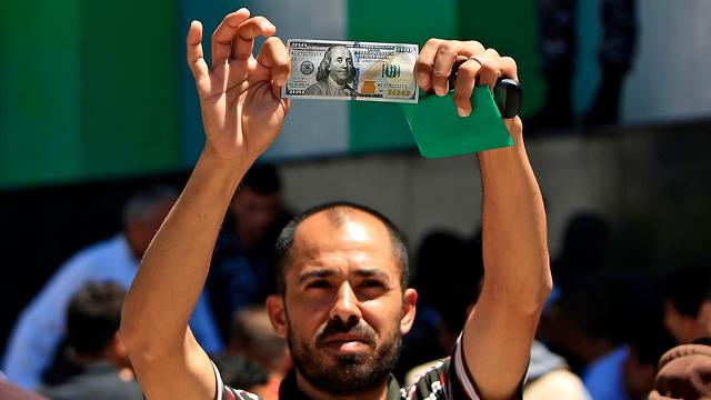 Enviado de Catar entrega millones de dólares a Gaza; Hamás abre fuego contra tropas de las FDI
