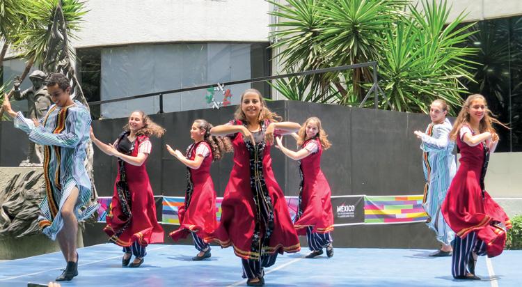 Grupos de danza del CDI y de Monte Sinaí ponen a bailar a la Plaza Macabi