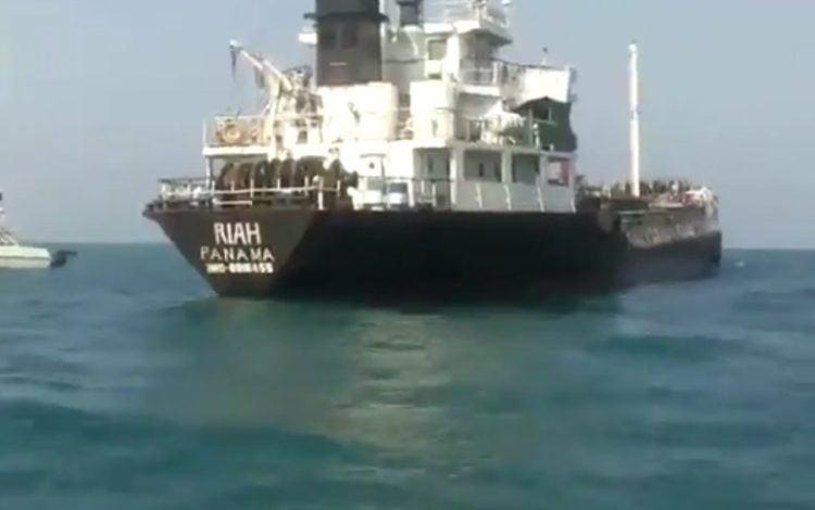 Irán publica video de captura de buque petrolero extranjero
