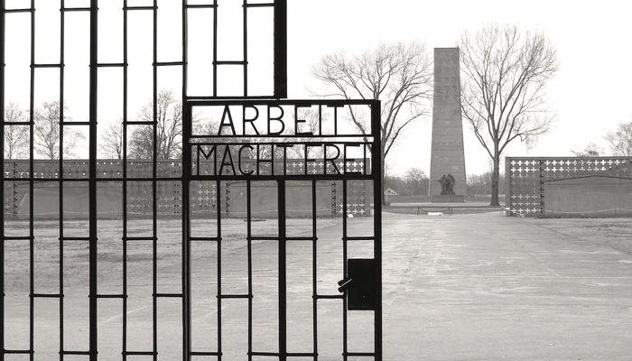 Sujeto enfrenta cargos en Alemania por negar el Holocausto en visita a campo de concentración