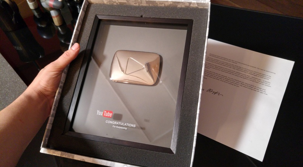 placa que celebra 100,000 suscriptores en YouTube