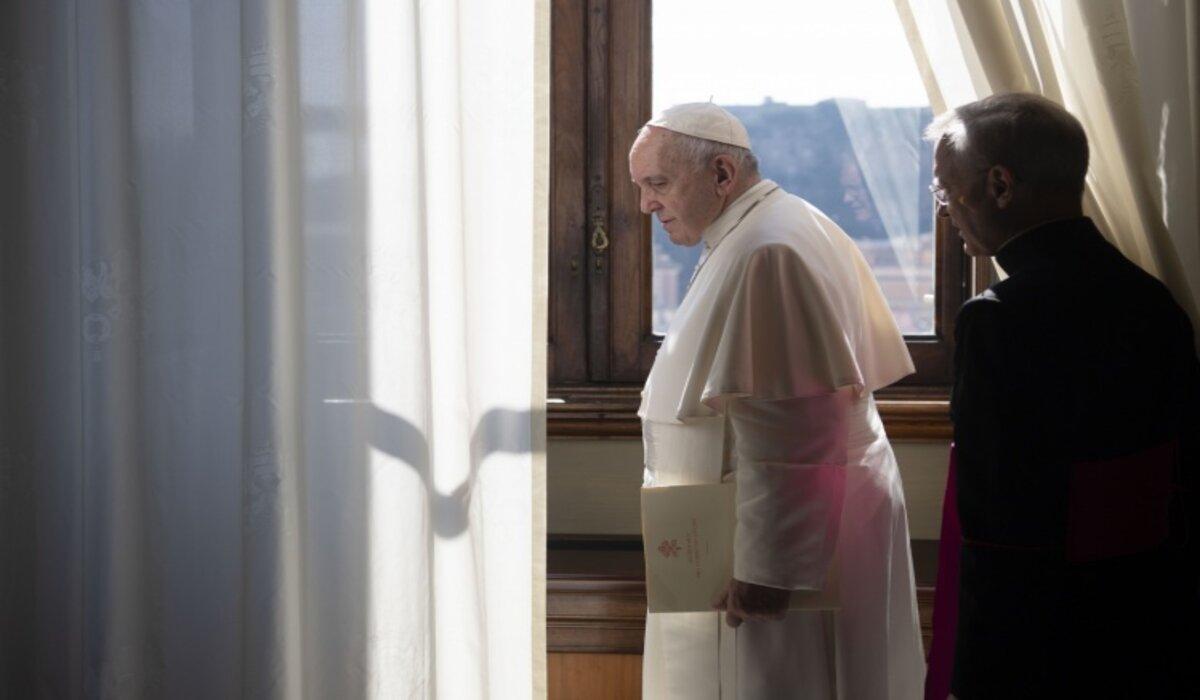 El Papa Francisco de pie frente a una ventana en el Vaticano